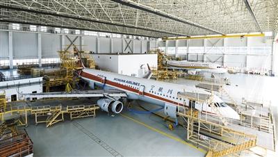四川飞机维修工程有限公司的机库里停着正在体检的空客321飞机