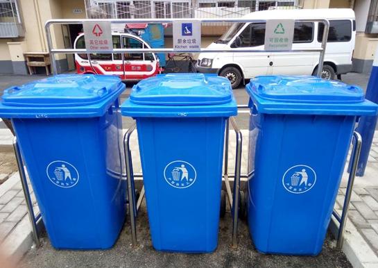 """分类塑料垃圾桶,分别印有""""可回收物"""",""""厨余垃圾""""和""""其它垃圾""""三种标识"""