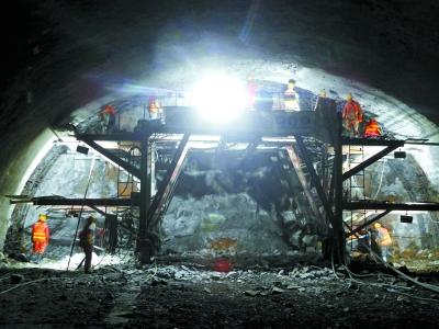 興延高速5.8公裏石峽隧道全線貫通