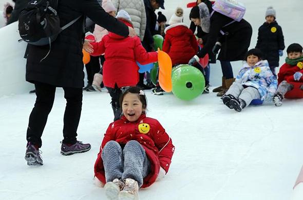 北京小學生暢享冰雪