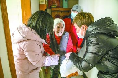 北京為孤寡老人送去暖心菜