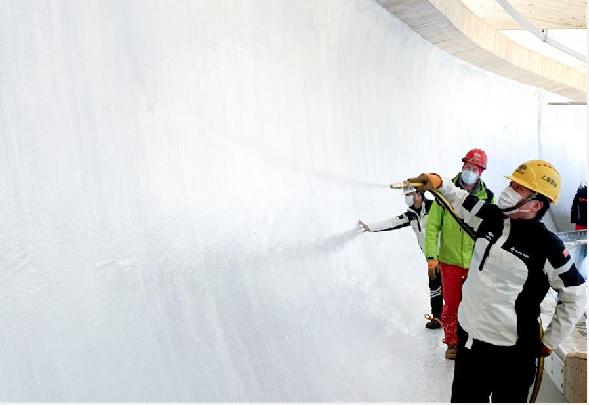 我國首條雪車雪橇賽道開始制冰