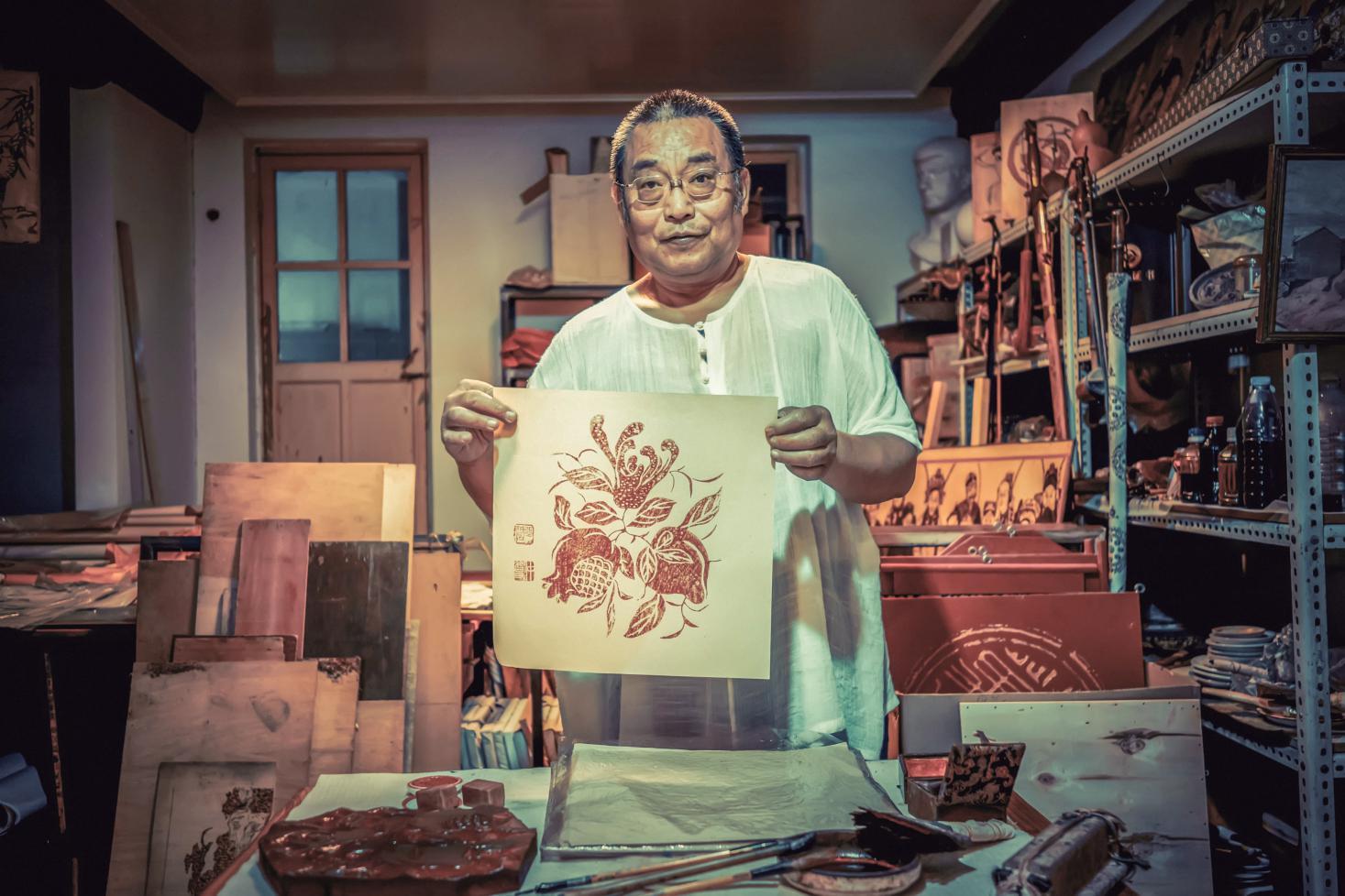 """胡同深處的""""匠人工坊""""——訪木版年畫代表性傳承人張闊"""