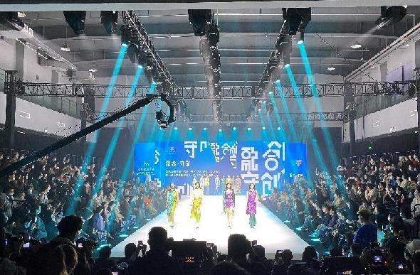 """第十六屆""""科學·藝術·時尚""""節在北京服裝學院開幕"""
